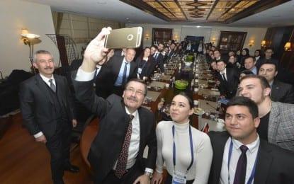 Başkan Gökçek'in  Öğrencilerle Selfie'si…