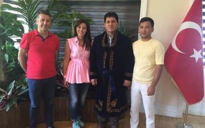 Kazak Milli Kıyafeti Hediye Ettiler