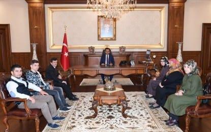Şehit Raşit Yücel ve Şehit Abdulsamet Özen'in Aileleri Vali Güzelolu'nu ziyaret etti