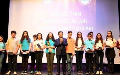 Vali Güzeloğlu, 2017 yılı 2'nci TEOG sınavında derece yapan altın çocuklara ödüllerini törenle  verdi