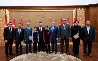 """""""Türkiye Değer Ödülleri"""" Cesaret Temalı Ödülü Alan Öğrenciler Vali Aksoy Tarafından Ödüllendirildi"""