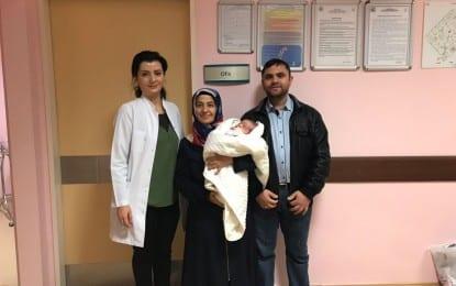 Derince Eğitim ve Araştırma Hastanesi Alikahya Yerleşkesinde doğuştan yemek borusu olmayan bir günlük bebeğe yeni yemek borusu yapıldı