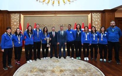 Şampiyon Kadın Basketboltakımı sporcuları Vali Hüseyin Aksoy'u ziyaret etti