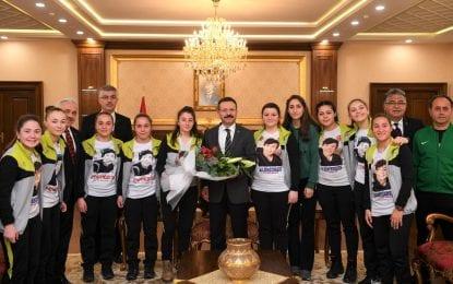 Vali Aksoy, Türkiye Şampiyonu Gölcük Barbaros Hayrettin Anadolu Lisesi Sporcularına Ödüllerini Verdi