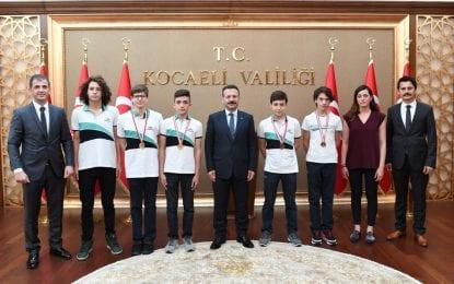Ortaokullar Arası Türkiye Yüzme Finallerinde Dereceye Giren Öğrenciler Vali Hüseyin Aksoy'u Ziyaret Etti