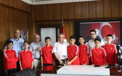 Türkiye Veleybol Şampiyonu Körfez Uluğbey Ortaokulu, İlçe Kaymakamını Ziyaret Etti