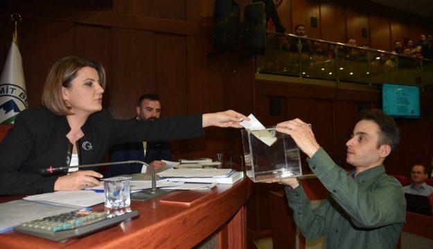 İZMİT'TE YENİ DÖNEMİN İLK MECLİSİ, ÇOĞUNLUK AKP'DE