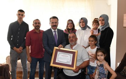 Vali Aksoy, Gazi Fikret Çubukçuoğlu'na Teşekkür Belgesini Verdi