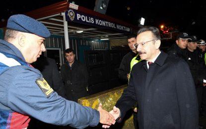 Vali Aksoy, Yılbaşı Ziyareti Kartepe İlçesi Polis Uygulama Noktasında Görev Yapan Emniyet ve Jandarma Personeli Oldu