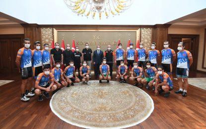 Bisikletçi Milli Sporcular, Vali Yavuz'u Makamında Ziyaret Ettiler