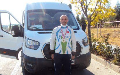 İzmit Belediyesinin eğitmeni, altın madalyaya pedal çevirdi
