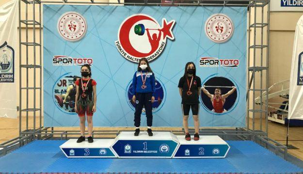 Büyükşehir Kağıtspor'un başarılı haltercisi CerenU15 ve Yıldızlar Ferdi Türkiye Şampiyonası'nda altın madalya kazandı