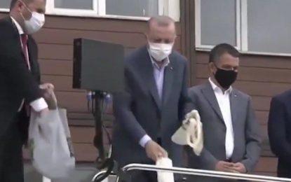 Erdoğan, çayın memleketi Rize'de de sel mağdurlarına çay fırlattı