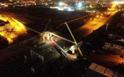 Büyükşehir'in projelerinde ekipler 7/24 çalışıyor;  Otoyol köprüsünde kiriş montajı gece yapıldı