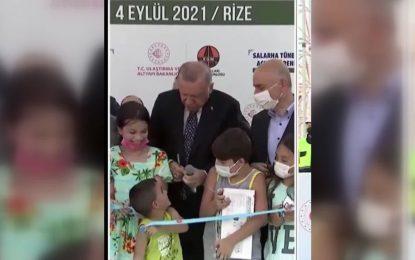 Cumhurbaşkanı Erdoğan kurdeleyi izinsiz kesen çocuğa böyle vurdu!